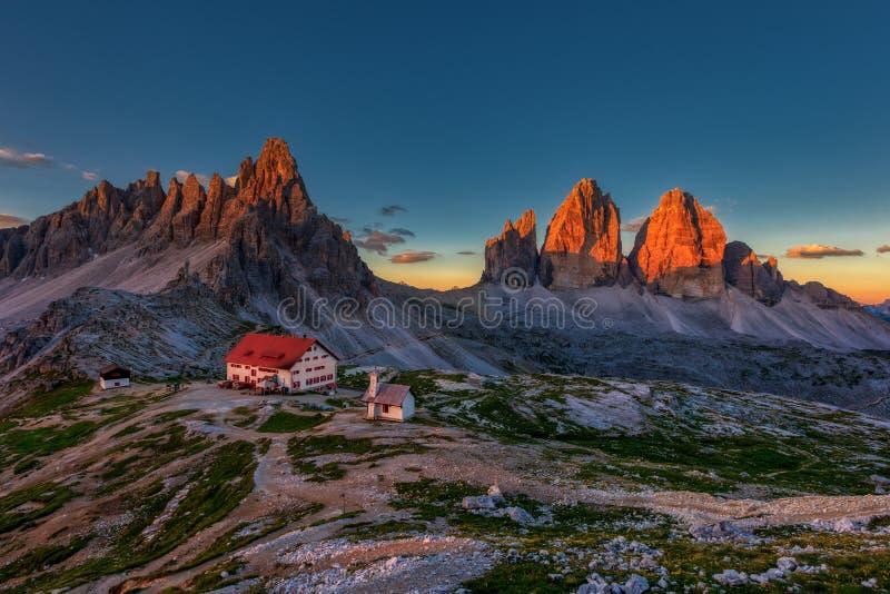 特雷在日出的Cime和rifugio小屋在白云岩的夏天,意大利 免版税库存照片