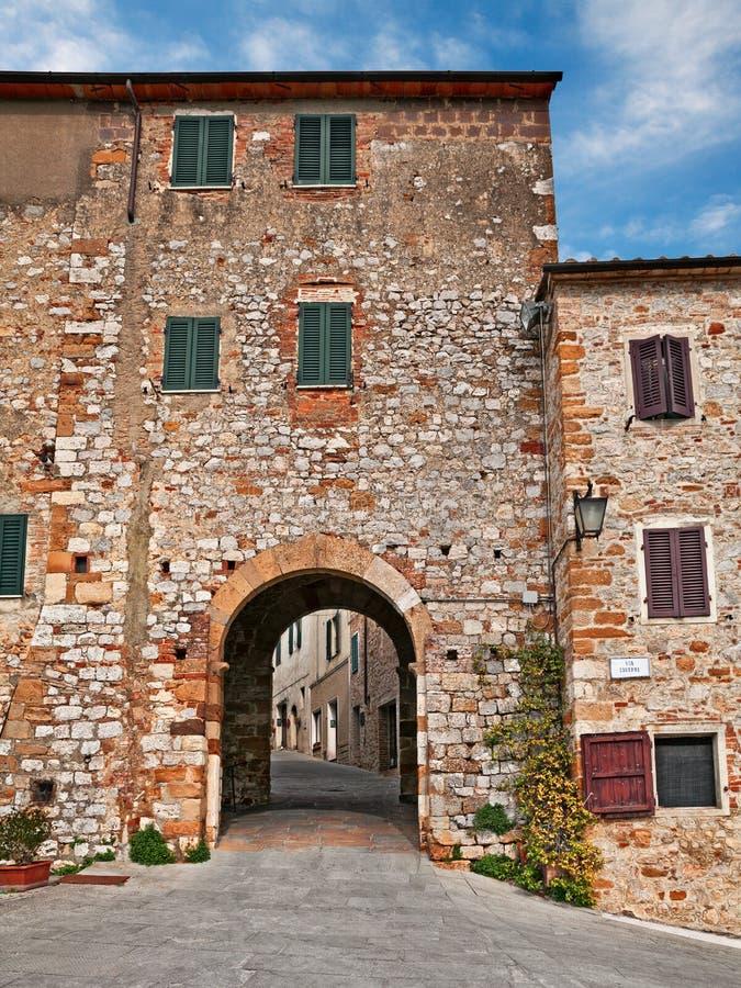 特雷宽达,锡耶纳,托斯卡纳,意大利:古老村庄的城市门 免版税库存图片