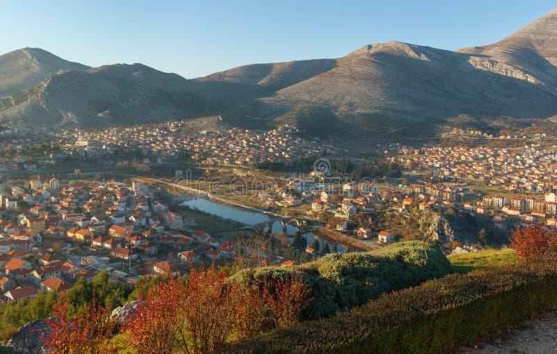 特雷比涅市 达成协议波斯尼亚夹子色的greyed黑塞哥维那包括专业的区区映射路径替补被遮蔽的状态周围的领土对都市植被 图库摄影