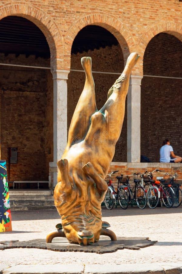 特雷维索,意大利2018年8月7日:在城市的老大厦的中一座纪念碑 免版税图库摄影