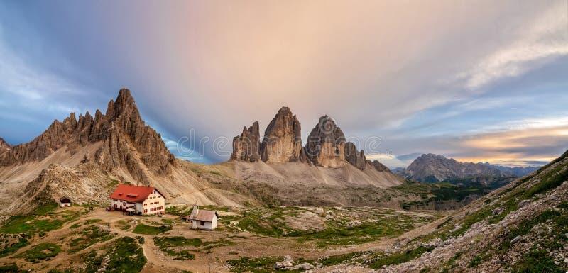 特雷Cime、它的小屋和教堂巨大全景  Tre Cime di Lavaredo???????????? 库存图片