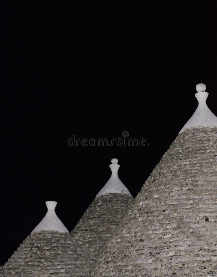 特鲁利屋顶夜 三在cisternino的trulli在apulia意大利 免版税图库摄影