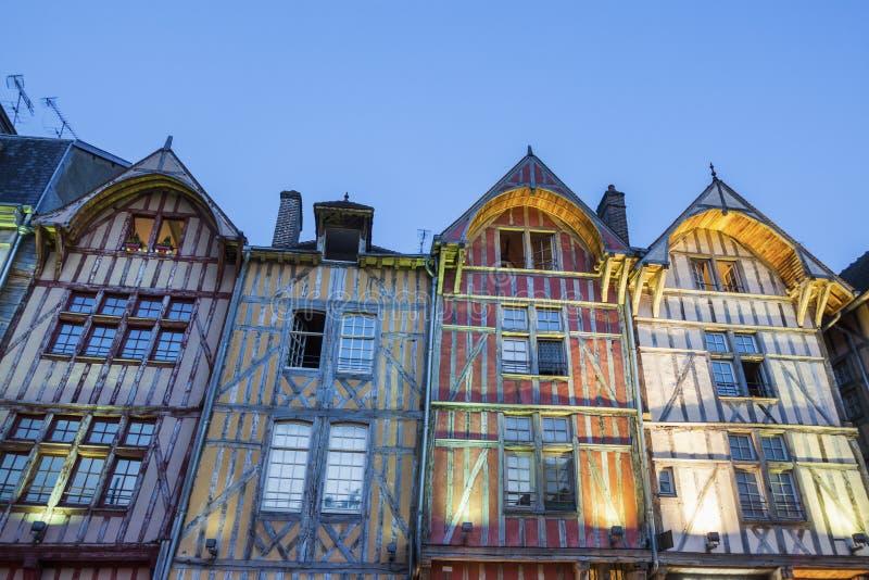 特鲁瓦老建筑学在晚上 免版税库存图片