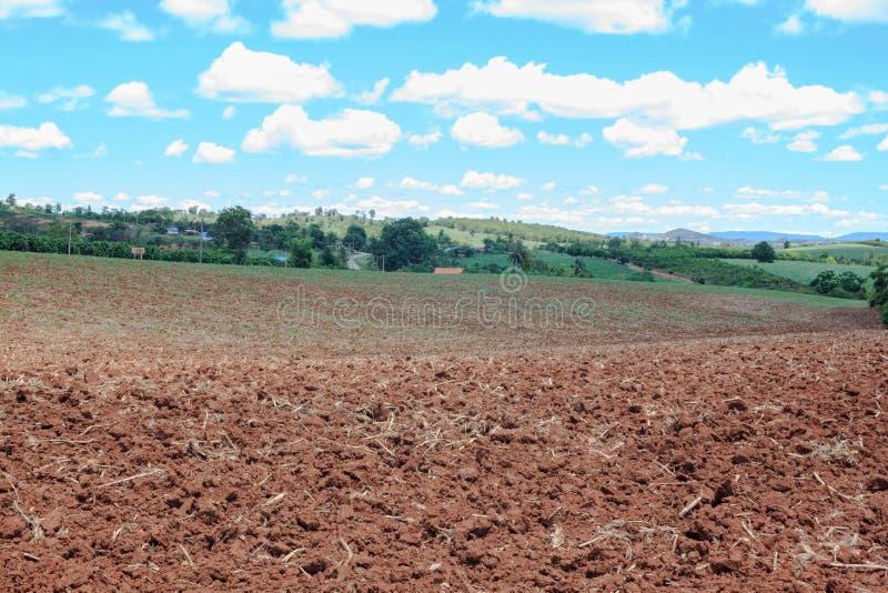 Download 犁土地准备好耕种 库存图片. 图片 包括有 生产, 农场, 工厂, 种田, 全球, 乡下, 尖酸, 农村 - 59104667