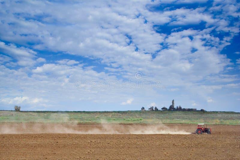 犁土壤的农夫 免版税图库摄影