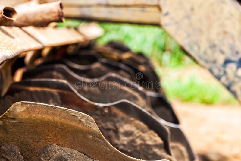犁的土地拖拉机刀片农业产业的 图库摄影
