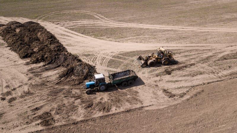 犁领域顶视图,与寄生虫的航拍的拖拉机 库存照片