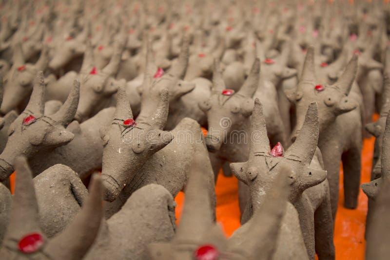 犍子用泥黏土做了,被做在节日期间在季风的开始在北部卡纳塔克邦 免版税图库摄影