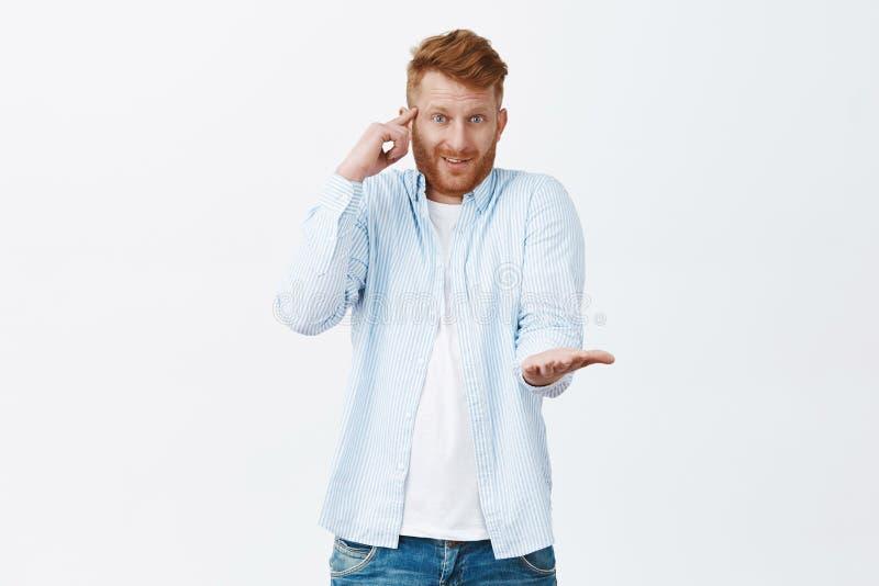 犯愚笨的错误的人嘲笑的朋友 迷茫和生气的英俊的红头发人白种人人辗压画象  库存图片