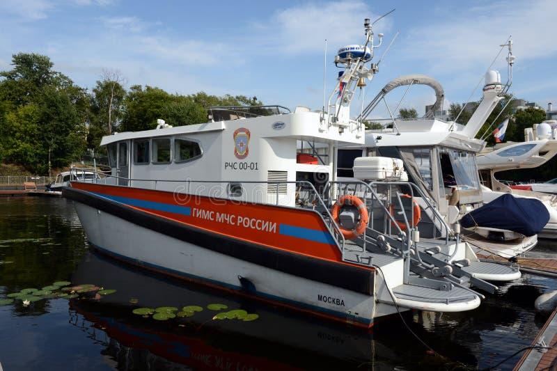 状态检查团的小船部的小船的俄罗斯的紧急状态Khimki水库的 图库摄影
