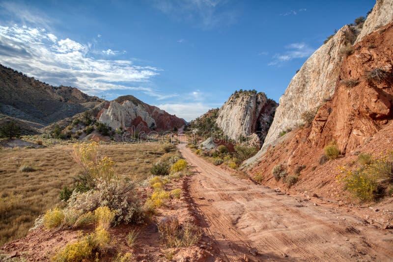 犹他接近槽孔峡谷和砂岩岩层的沙漠路 图库摄影
