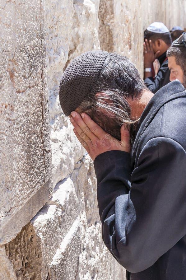 犹太人传统祈祷在西部墙壁附近在耶路撒冷,以色列 库存照片