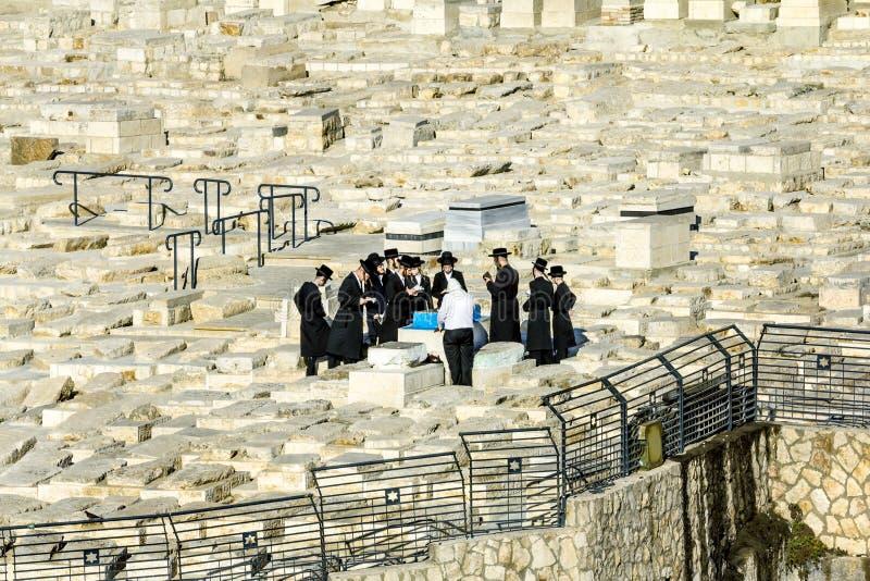 犹太人祈祷在祖先的坟墓橄榄山的 库存照片