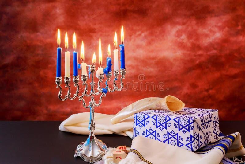 犹太假日光明节庆祝tallit葡萄酒menorah 库存图片