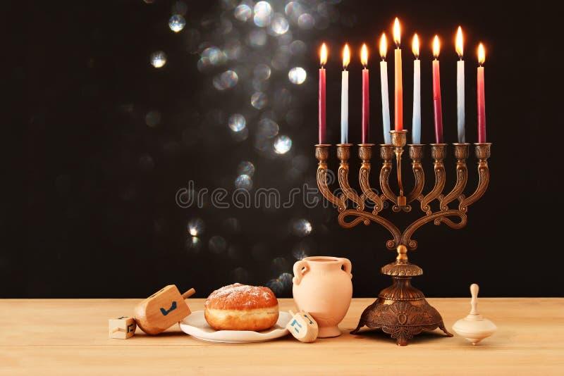 犹太假日光明节背景的图象与menorah & x28的; 传统candelabra& x29;并且燃烧的蜡烛 图库摄影
