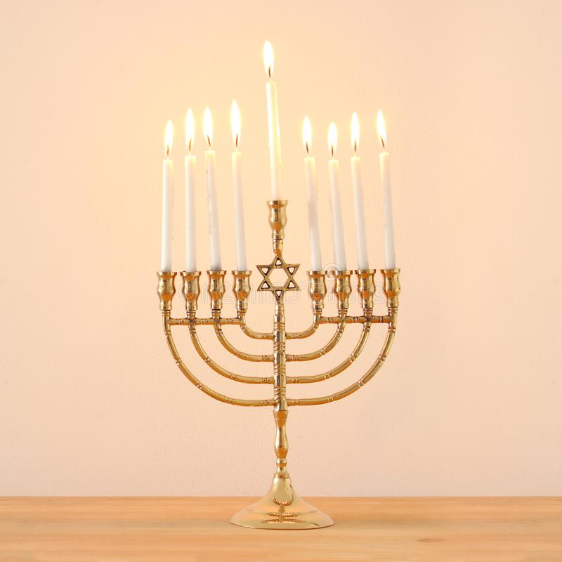 犹太假日光明节背景的图象与menorah & x28的; 传统candelabra& x29;并且蜡烛 库存图片