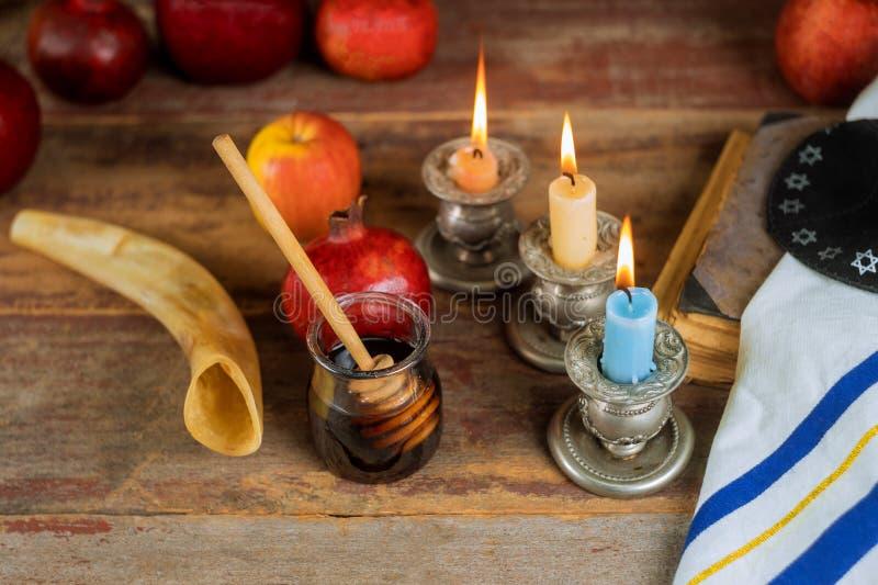 犹太假日犹太新年,苹果蜂蜜和石榴torah书,kippah yamolka talit 免版税库存图片