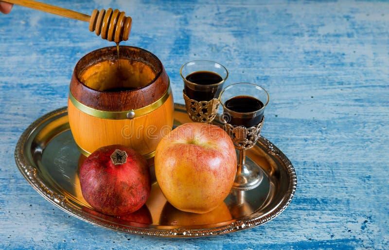 犹太假日蜂蜜和苹果用石榴 库存照片