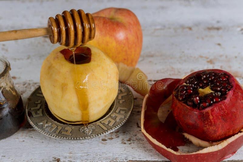 犹太假日Rosh hashanah蜂蜜和苹果用石榴 库存图片