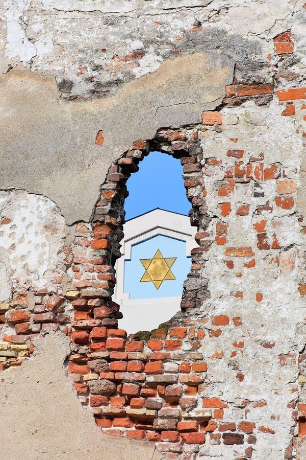 犹太教堂的片段在空白的老墙壁,里加(拉脱维亚) 免版税库存照片