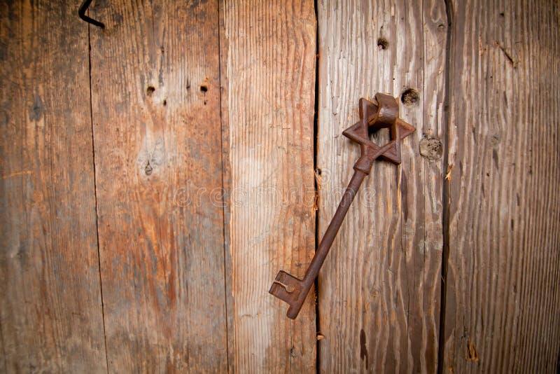 从犹太教堂的生锈的老钥匙 免版税图库摄影