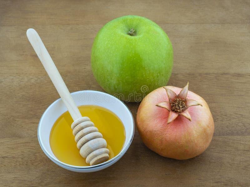 犹太新的年蜂蜜,苹果计算机,在树的石榴的标志]这桌 免版税库存图片
