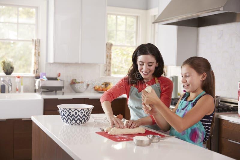 犹太母亲和女儿面团为鸡蛋面包面包做准备 免版税图库摄影
