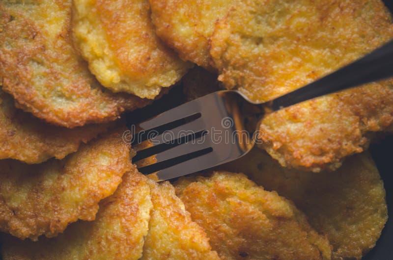 犹太烹调:光明节的土豆薄烤饼 免版税库存图片