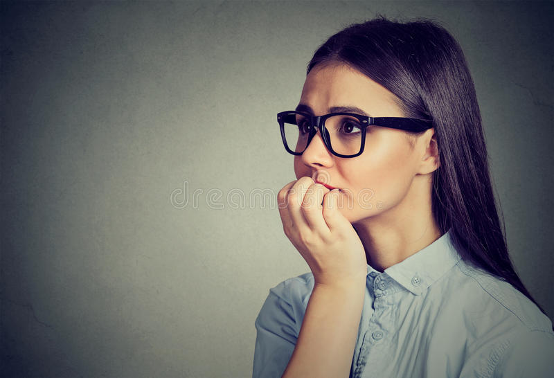 犹豫的急切妇女尖酸的指甲盖渴望某事或 库存图片