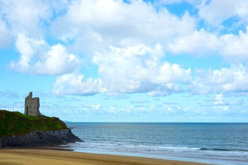 狂放的大西洋方式峭壁城堡和海滩 库存照片