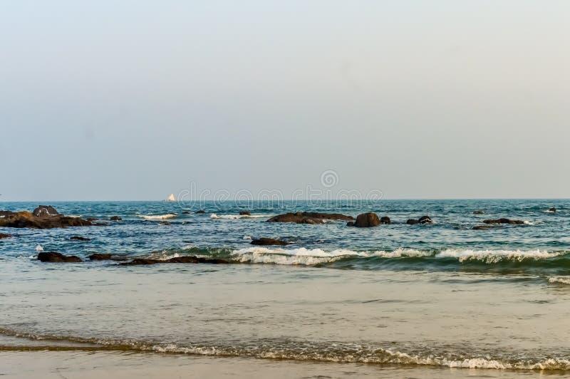 狂放的空的热带海滩,蓝天,在岸的阳光reflextions在日落时间在一个晴天当风景样式可以 免版税图库摄影
