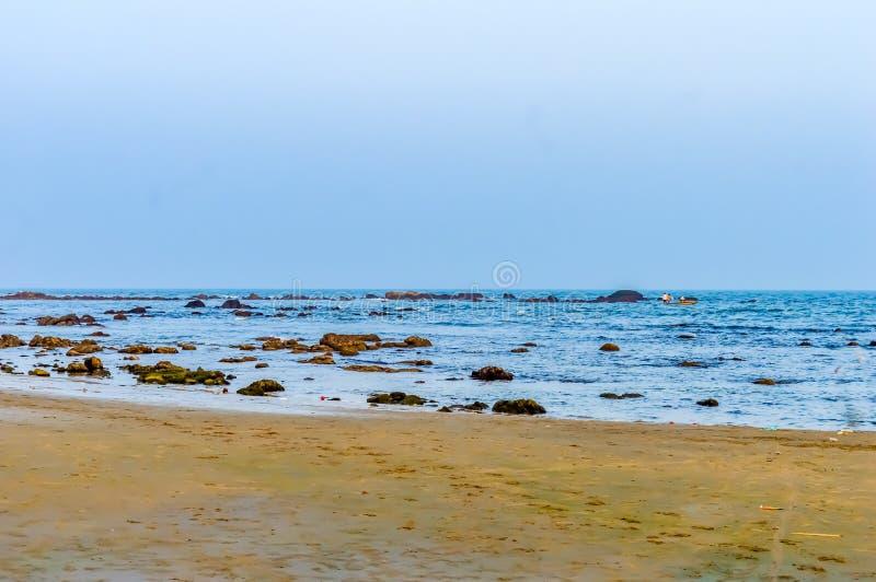 狂放的空的热带海滩,蓝天,在岸的阳光reflextions在日落时间在一个晴天当风景样式可以 库存图片