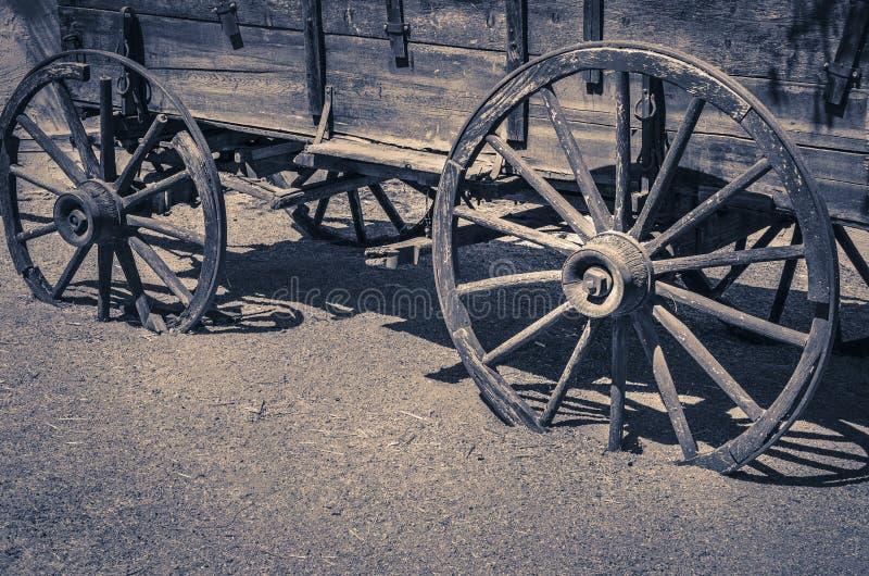 狂放的西部老无盖货车木轮子 免版税库存图片