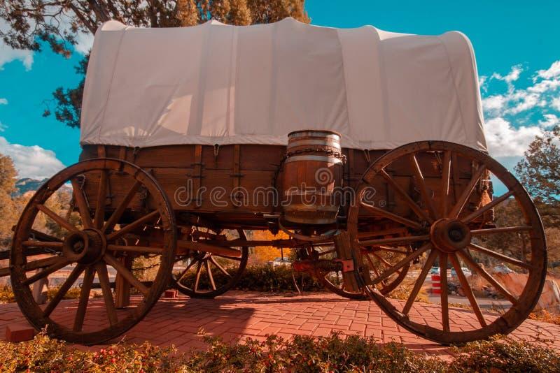 狂放的西部马车车轮有蓬卡车减速火箭的葡萄酒 免版税库存照片