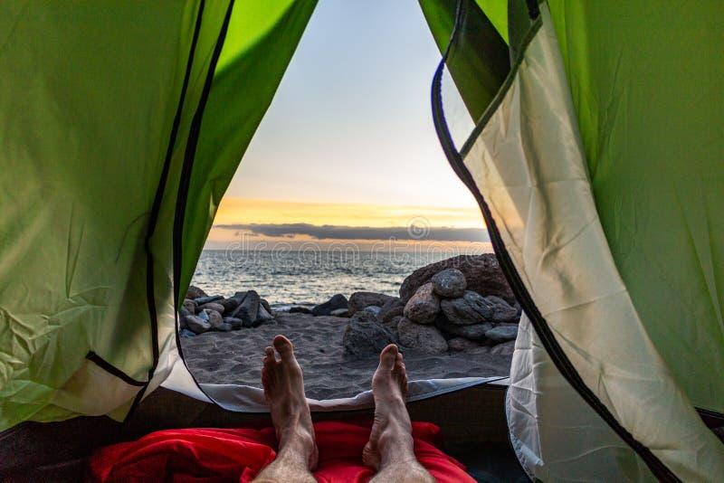 狂放野营在海滩 库存照片