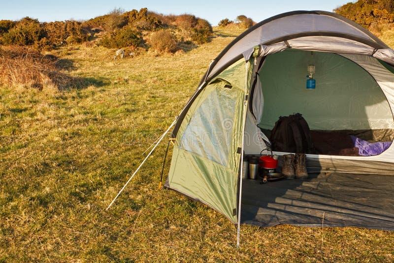 圆顶帐篷参加了原野 免版税库存图片