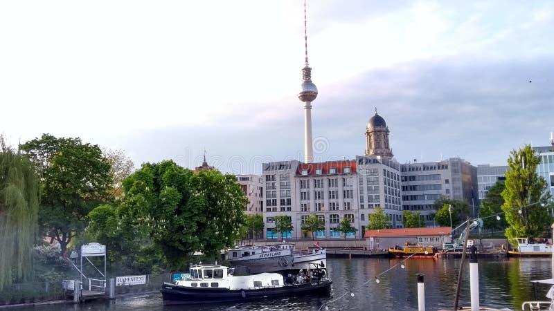 狂欢桥梁fischerinsel电视塔在柏林多雨柏林 库存照片