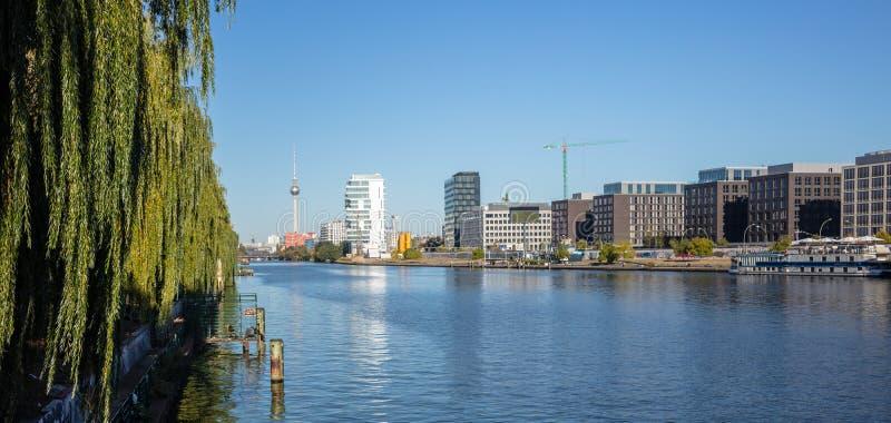 狂欢河东边在柏林,德国 工业区、电视塔和Oberbaum桥梁 全景,横幅 免版税库存图片