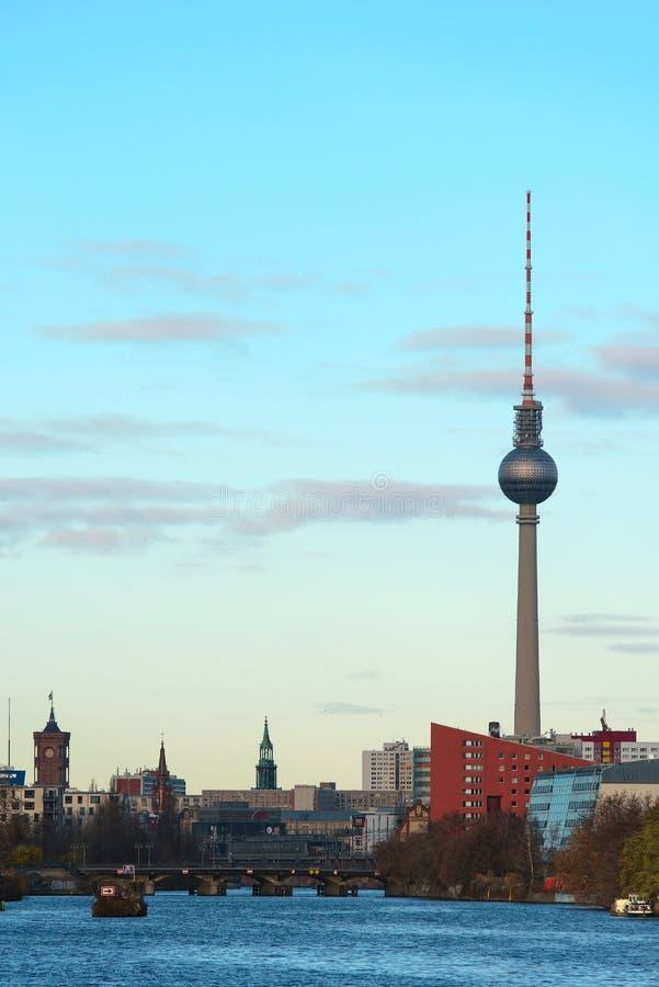狂欢河在有电视塔的柏林 免版税库存照片