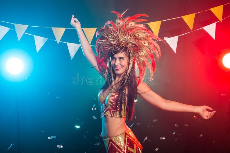 狂欢节、舞者与节日理念-一位色彩华丽的狂欢节羽绒服中性感女性的画像 库存图片