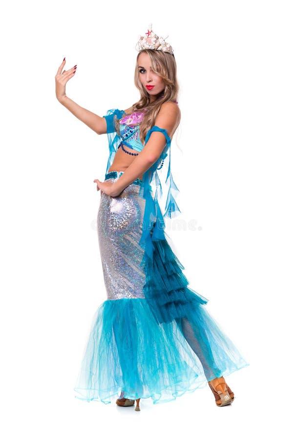狂欢节作为美人鱼摆在打扮的舞蹈家妇女 免版税库存照片