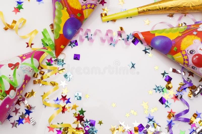 狂欢节党的贺卡 帽子和蜡烛在白色背景 库存图片