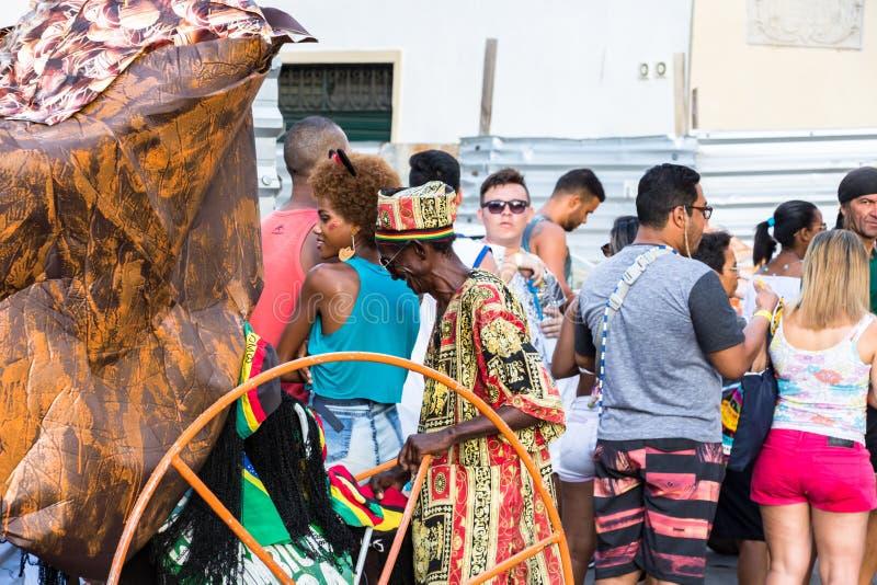 狂欢节在街道上的帽子供营商在狂欢节的萨尔瓦多巴伊亚 库存图片