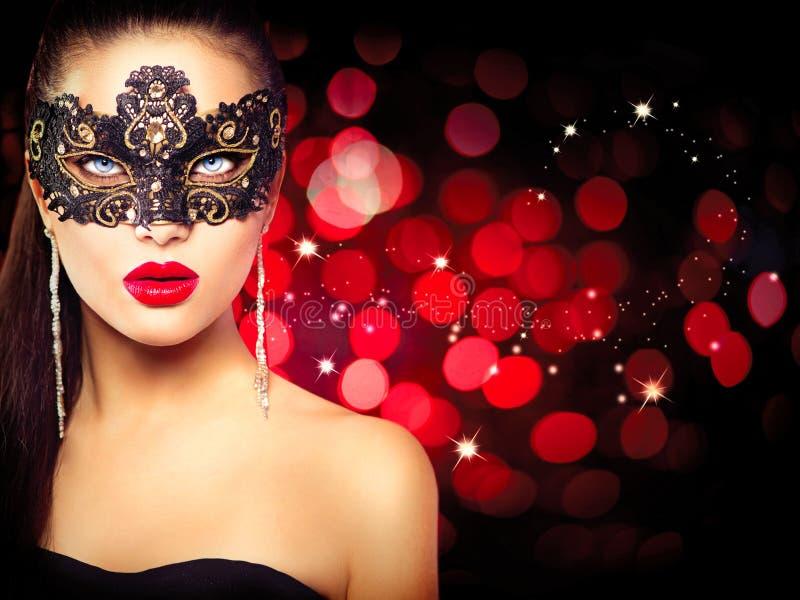 狂欢节屏蔽佩带的妇女 免版税库存照片