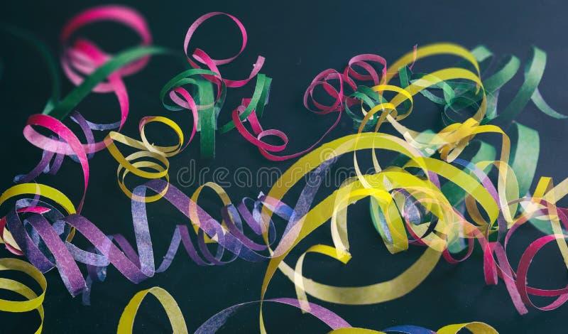 狂欢节或生日宴会,在黑背景的蛇纹石 免版税库存照片