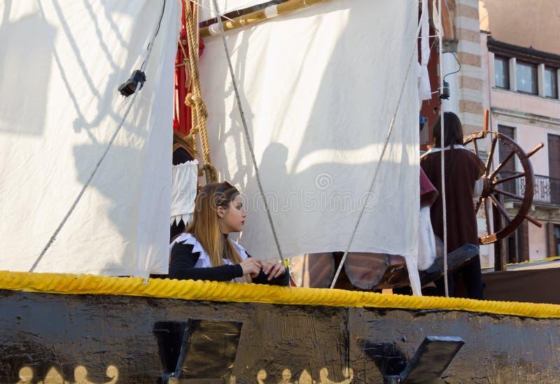 狂欢节浮游物的美丽的女孩 免版税库存照片