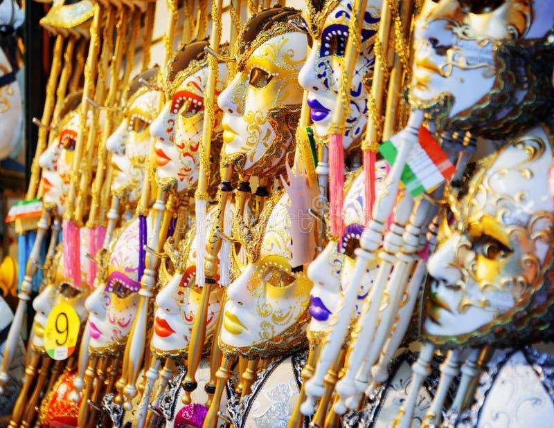 狂欢节的威尼斯式面具在Rialto桥梁的商店,意大利 库存图片