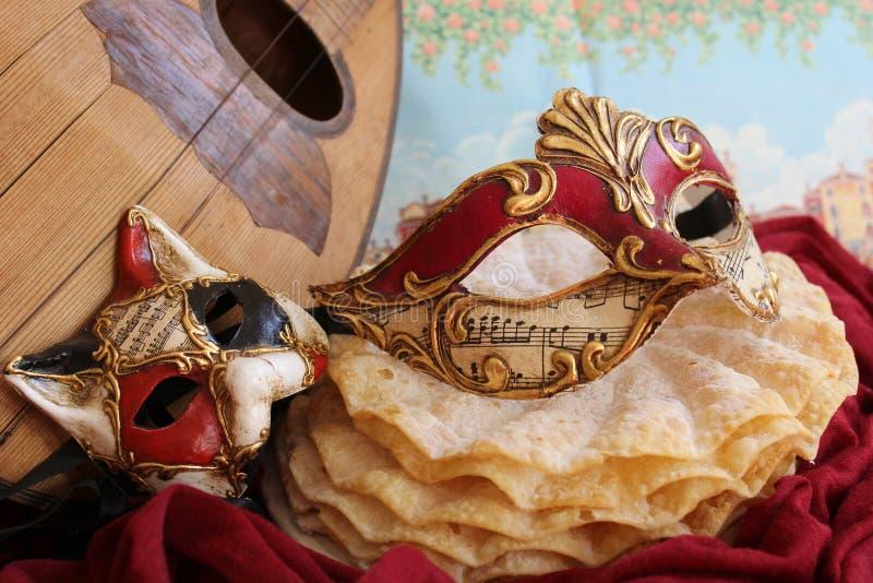 狂欢节面具和曼陀林 库存照片