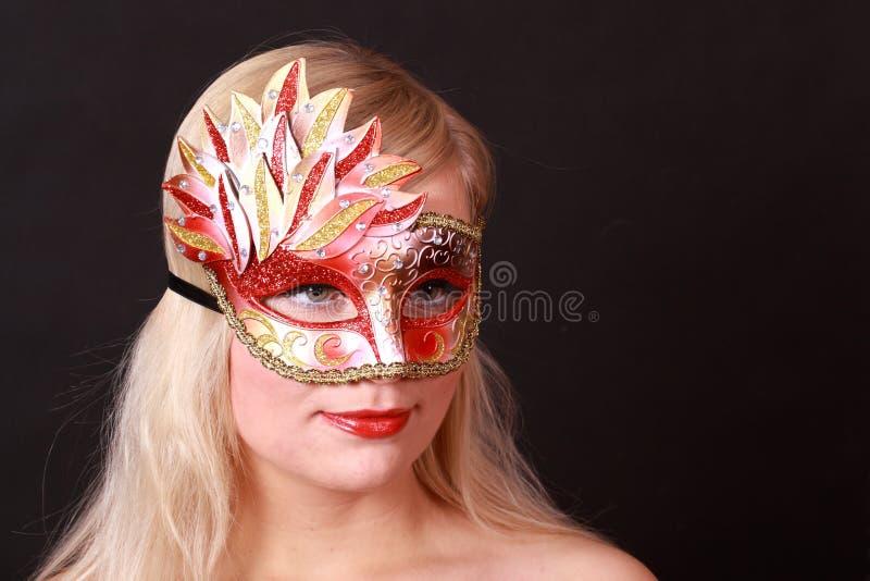 狂欢节面对她的屏蔽妇女年轻人 免版税库存图片