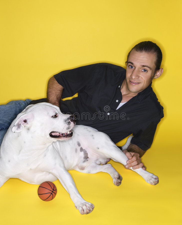 狗位于的人 免版税库存图片